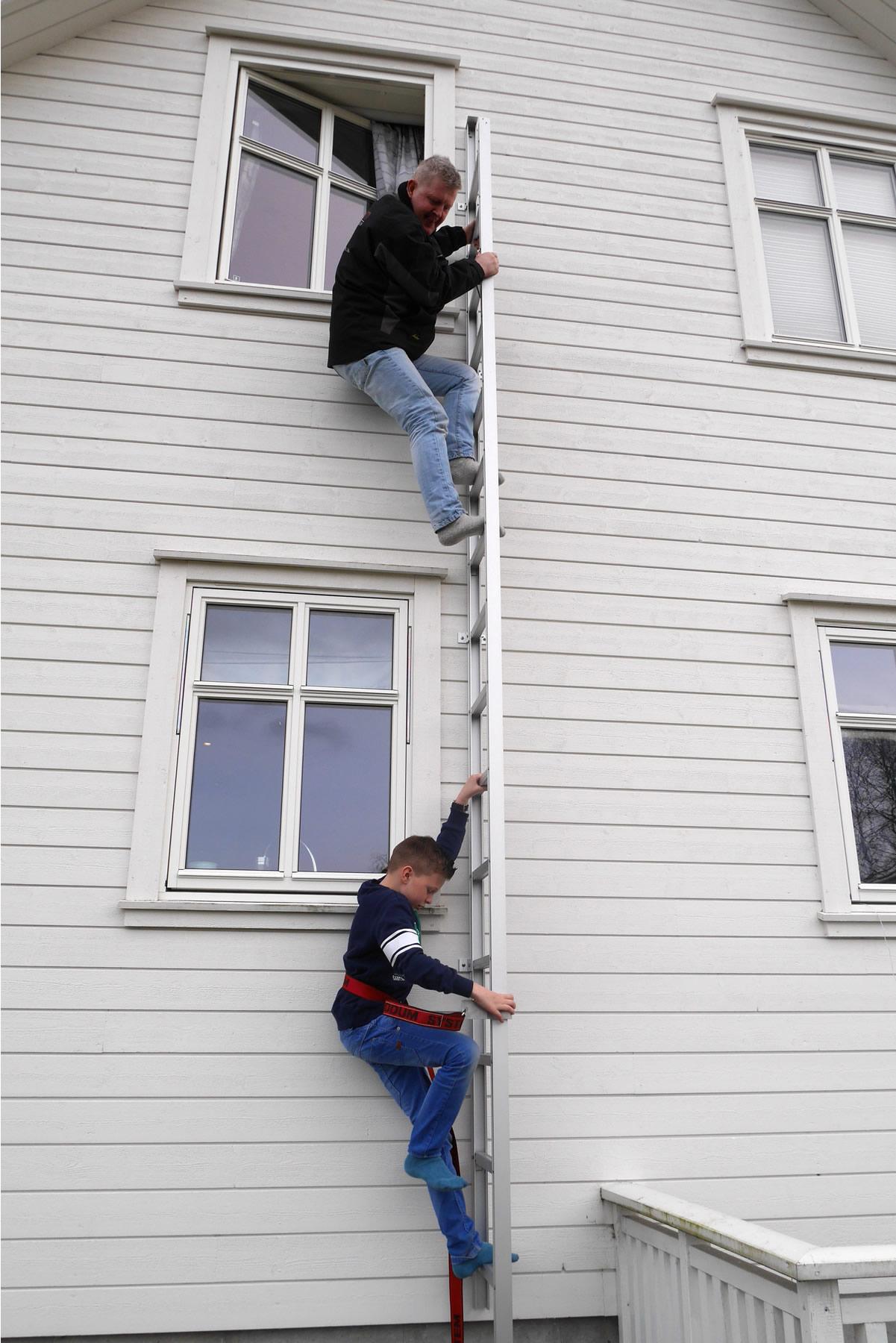 Rømningsvei: stige montert ved vindu
